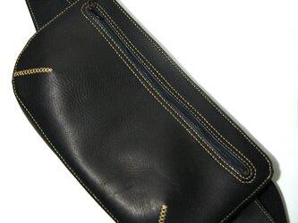手縫いの牛革ボディバッグ黒の画像