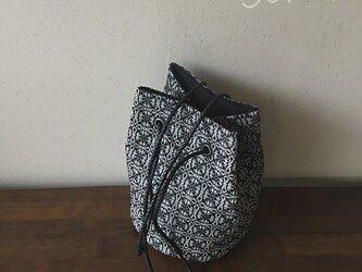 bag[手織りオーバーショット織  巾着バッグ]グレー×ブラックの画像
