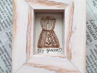 プチ版画 小指ドレスの画像