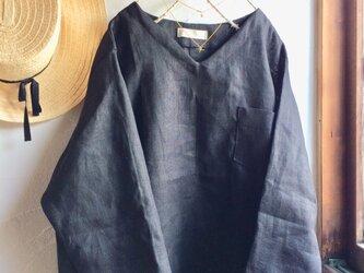 リネン100Vネック胸ポケット付きブラウス 黒の画像