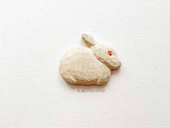 クスノキのブローチ *横むき白うさぎ* の画像