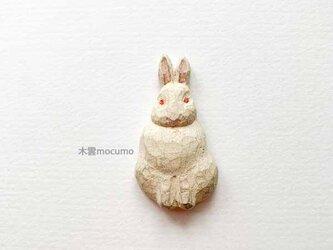 クスノキのブローチ *おすわり白うさぎ* の画像