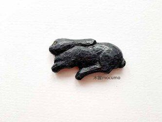 クスノキのブローチ *寝そべり黒うさぎ* の画像
