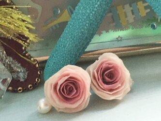 バラのイヤリングの画像
