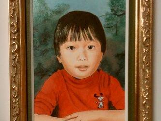 ミニチュア肖像画 オーダーメイドの参考見本「お気に入りの赤いシャツを着て」の画像