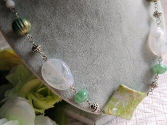 アステリア  白と緑のハーモニー(アクリルビーズとカットビーズのネックレス)の画像