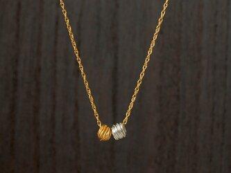 金と銀のネックレスの画像