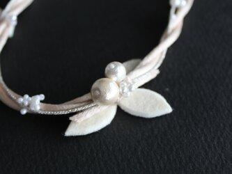 アイボリーのリーフのネックレス⁂リボン留めの画像