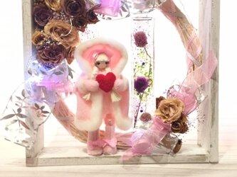 ふんわりマントの癒されドールとアンティークピンクの薔薇リースの画像