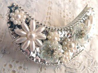 銀のお月様のブローチ 小花が多めの画像