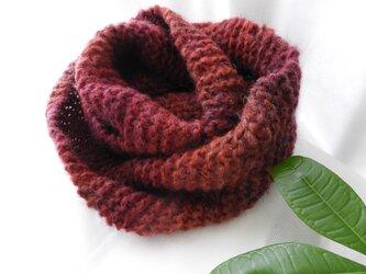 スヌード手編み ボルドー~赤系のグラデーション イタリア製の毛糸(厚さしっかりめ)の画像