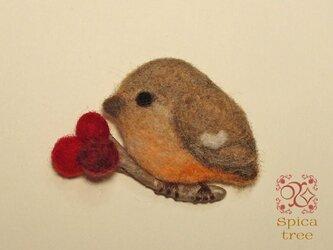 羊毛ブローチ「赤い実とジョウビタキ」の画像