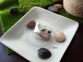 池からひょこっと顔を出した蛙(かえる)ブローチ再販 柏餅の画像