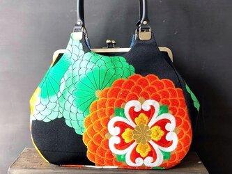 着物帯リメイク あおりがまぐちバッグ 黒×菊花の画像