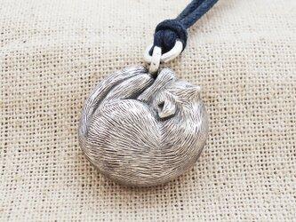 銀製の鈴『猫・まぶしいにゃ~』(シルバー925)根付・帯飾りの画像