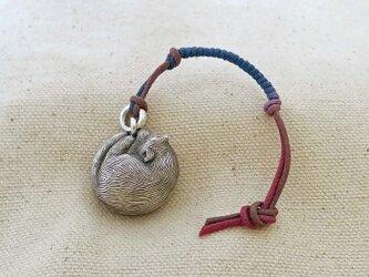 銀製の鈴 『 ねむり猫 』 (シルバー925) 根付・バッグチャームの画像