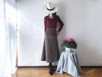 ブラウントーンのミディ丈スカートの画像
