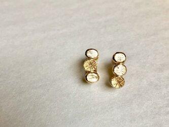 〈Ryutoan〉石と花のイヤリング ゴールドの画像