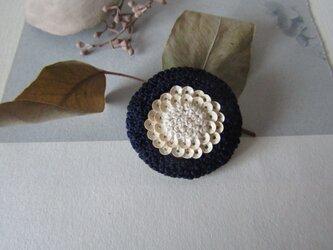 marguerite 「bleu marine」手刺繍ブローチの画像