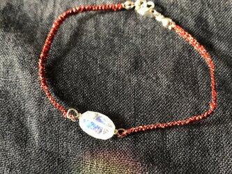 赤い糸とレインボームーンストーンのブレスレットの画像