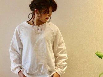 【受注生産】 ふんわりダブルガーゼのシンプルなカフス仕様のプルオーバーブラウス(ホワイト)の画像