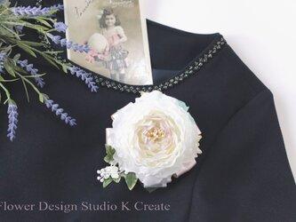 清楚な白いラナンキュラスのコサージュ(ヘッドドレス可) 卒業式 入学式 卒園式 入園式 謝恩会の画像