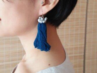 タイのジュズダマとフサフサのピアス/ 藍 / カレン族の草木染め綿糸/ ジュズダマ/ タッセル フリンジ/ ナチュラルの画像