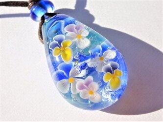 《ビオラと幸せの青い鳥》 ペンダント ガラス とんぼ玉 ビオラ 鳥の画像