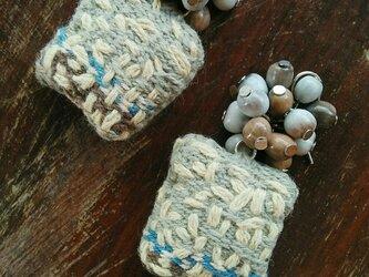 セール価格!手織り布のちくちくピアス / 草木染め / モスグリーン / ジュズダマ 自然素材の画像