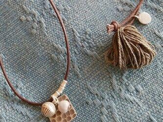 セール価格!カレンシルバーと草木染めタッセルのネックレス/ モスグリーン/ ジュズダマの画像