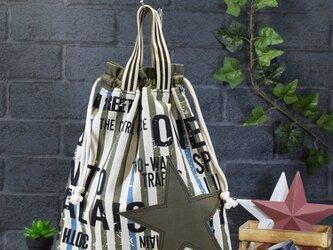 ワイルドな英字とストライプの着替え袋:カーキの画像