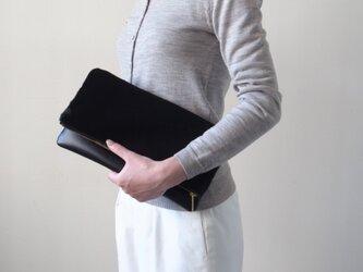 うっとりする最高級の手触り - クラッチバッグ(ヘアカーフ)- 黒:カレン クオイルの画像
