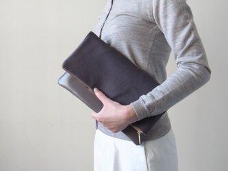 うっとりする最高級の手触り - クラッチバッグ(ヘアカーフ)- グレー:カレン クオイルの画像