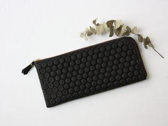 【ブラック】ピッグスキンのスリムな長財布 ハニカムの画像