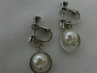 艶やかなファッションアテンダント桐谷さんのシンプルなイヤリングの画像
