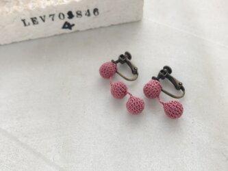 クロッシェ編み玉イヤリング くすみピンクの画像