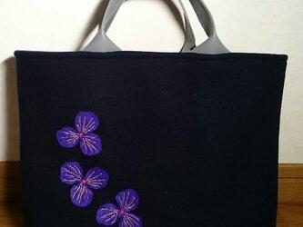 スミレ刺繍ウール混黒素敵なトートバッグの画像