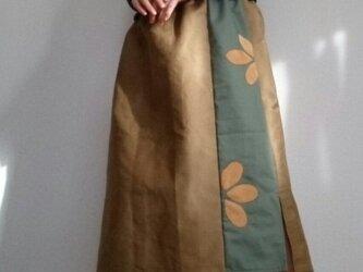 ロングスカートコーデュロイカーキと花びらパッチウエストゴムの画像