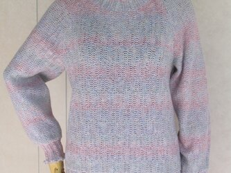 淡い色のラグラン袖セーターの画像