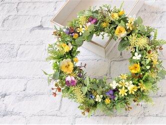 すみれの小道 白や黄色の花をそえて:春 リース 黄色 むらさきの画像