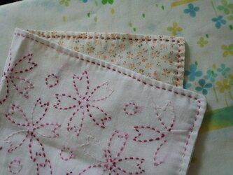 ☆手縫い☆刺し子マルチクロス☆桜柄赤グラデ糸☆裏布小花柄☆敷物の画像