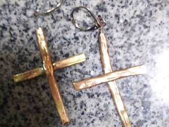 真鍮 木の十字架イメージピアスの画像