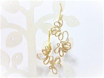 世界に1つウエーブデザインのフリーワイヤーゴールド個性派ピアスまたはイヤリングの画像