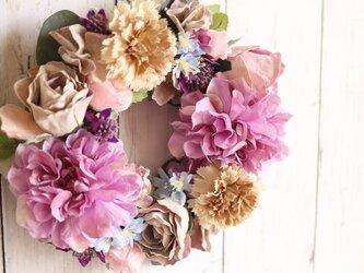 淡紫色ダリアとベージュ色のリース(造花)の画像