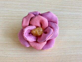 ぷっくりピンク椿のブローチの画像