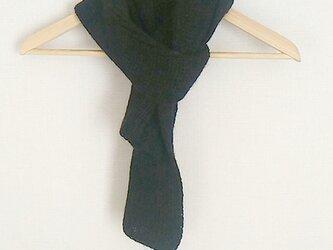 黒いニットのマフラー:最高品質の毛糸の画像