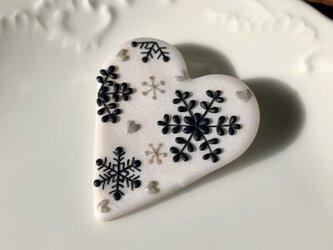 『送料無料』snowcrystal ハートブローチ(ホワイト) / ポリマークレイの画像