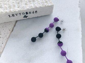 バイカラー編み玉5連ピアス/ノンホールピアス 紫×黒の画像