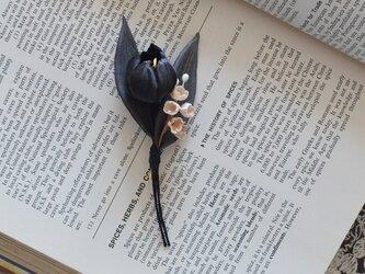 墨染の花・ブラックチューリップとスズランのブローチ(葉グレー)の画像