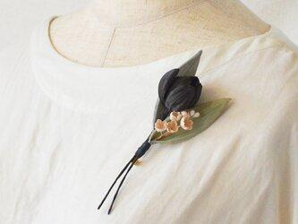 墨染の花・ブラックチューリップとスズランのブローチ(葉みどり)の画像